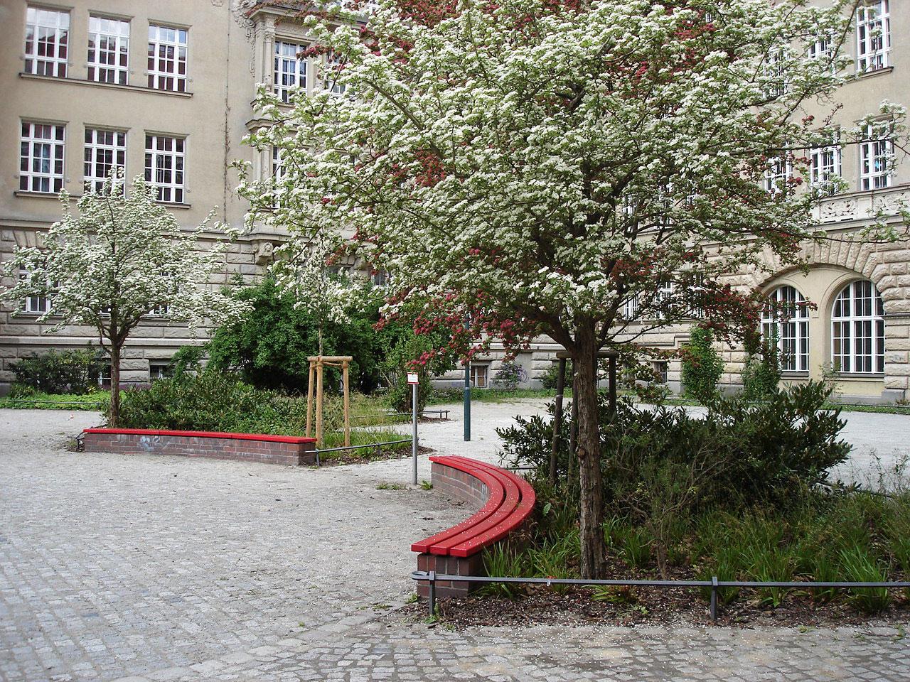 Außenanlagen des denkmalgeschützten Carl-von-Ossietzky-Gymnasiums in Berlin