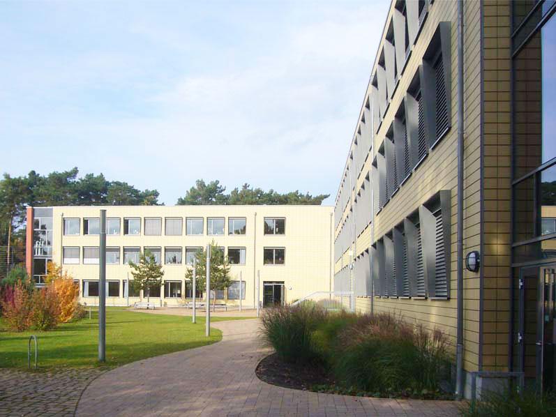 Marie-Curie-Gymnasium-Hohen-Neuendorf-Aussenanlagen-Armbruster-Hoffläche