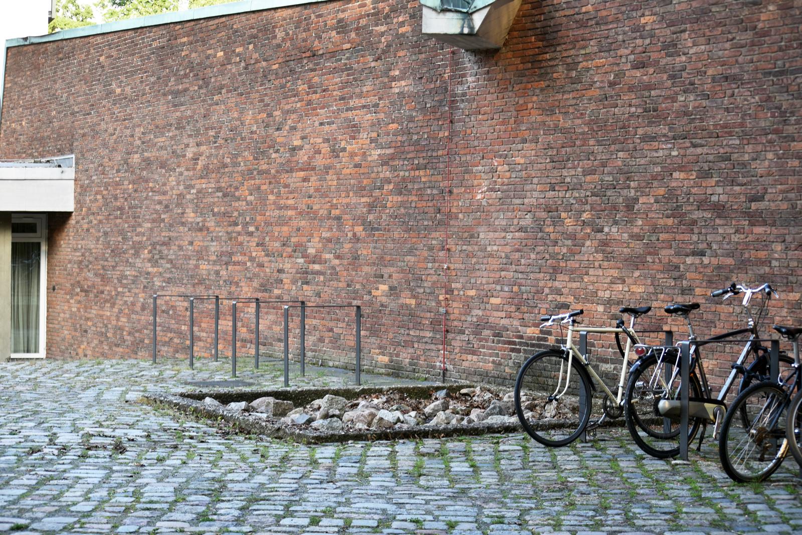 fahrradstellplaetze-akademie-der-kuenste-berlin-hanseatenweg-eingang-aussenanlagen-armbruster-gruenanlage-vorplatz-denkmal-landschaftsarchitektur