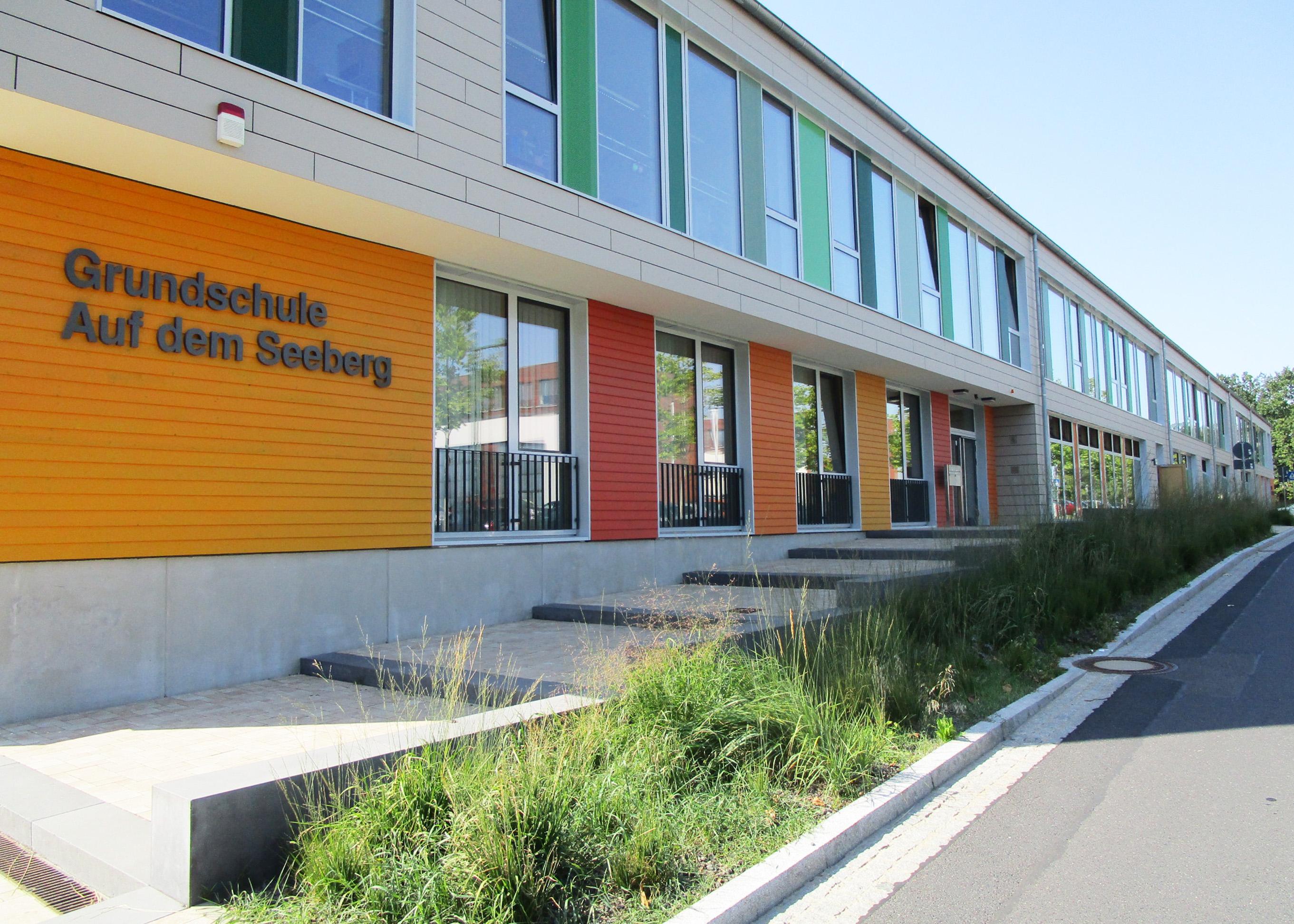 grundschule-adolf-grimme-ring-Kleinmachnow-aussenanlagen-eingang-armbruster-landschaftsarchitektur