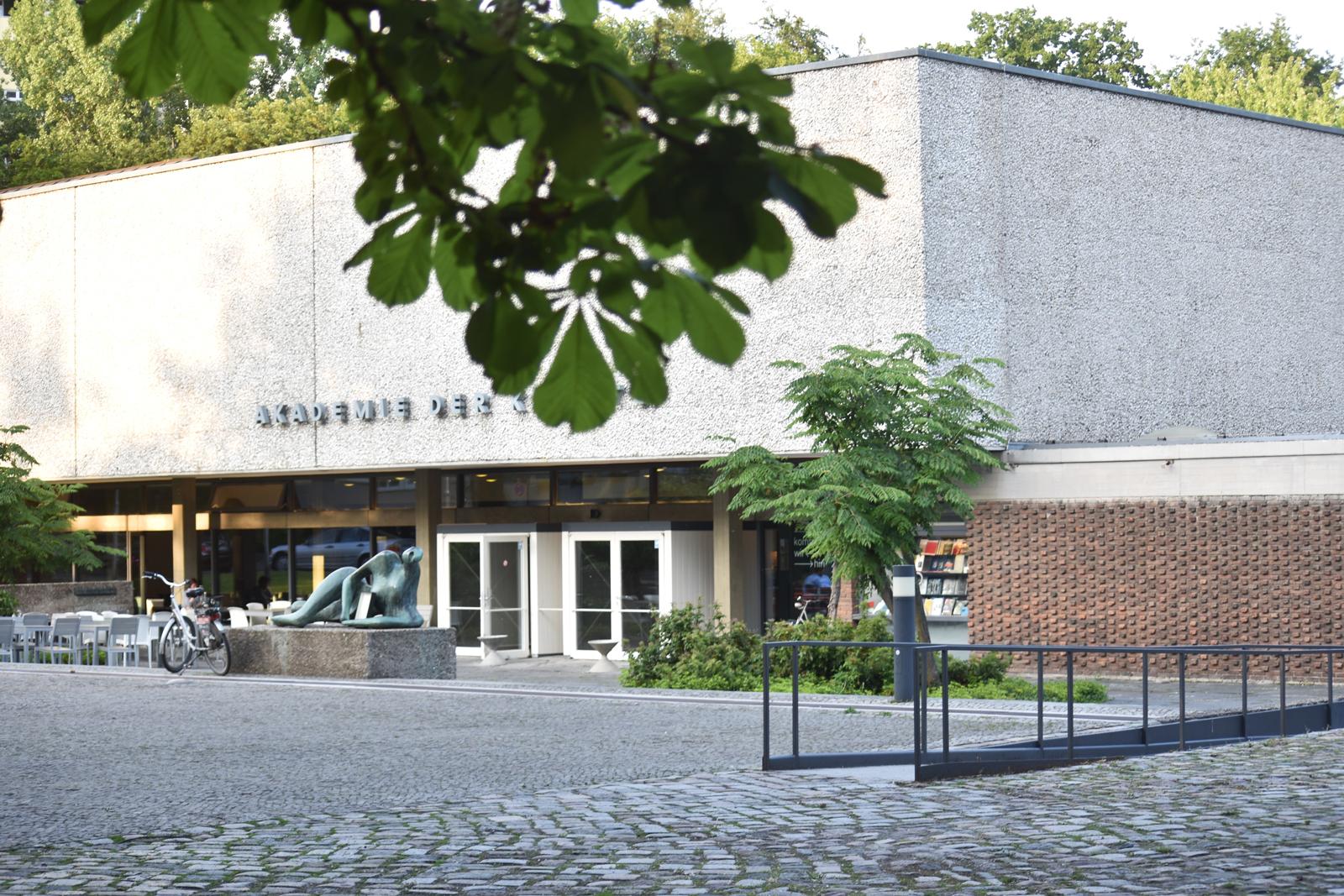 vorplatz-akademie-der-kuenste-berlin-hanseatenweg-eingang-aussenanlagen-armbruster-gruenanlage-vorplatz-perspektive-denkmal-landschaftsarchitektur