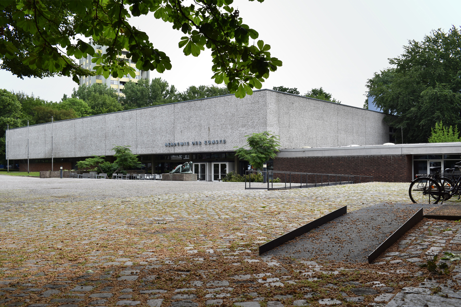 vorplatz-akademie-der-kuenste-berlin-hanseatenweg-eingang-aussenanlagen-armbruster-landschaftsarchitektur-rampe-perspektive