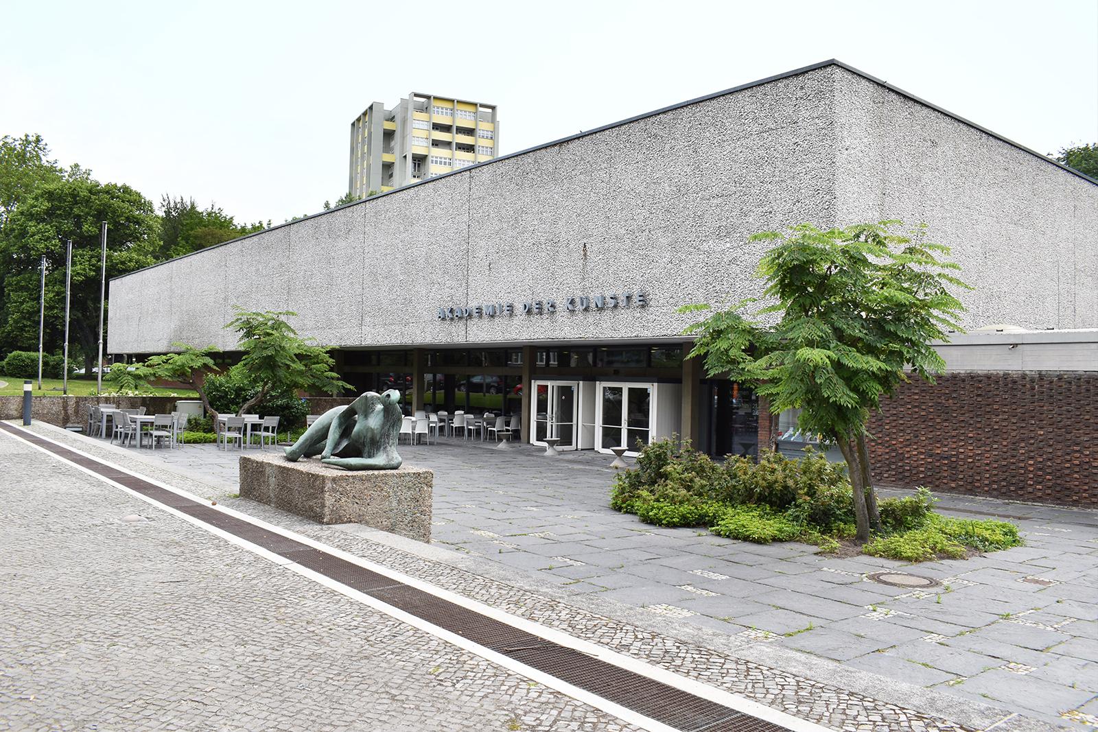 vorplatz-akademie-der-kuenste-berlin-hanseatenweg-eingang-aussenanlagen-armbruster-landschaftsarchitektur-rinne-pflanzung-perspektive